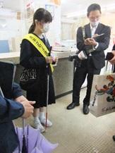 曽根田郵便局で取材をうける
