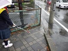 傘をさして歩行体験
