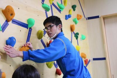 ボルダリング体験中の男子生徒