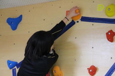 ボルダリング体験中の女子生徒
