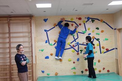 講師の指導で天井近くまで登る生徒