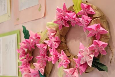 小学部教員の手作り。とても手が込んでいる「お花の輪」