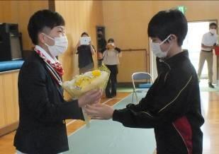 半谷選手へお礼の花束を贈呈