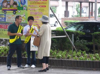福島駅前で点字ブロックをアピール その1