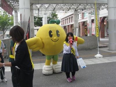 福島駅前で点字ブロックをアピール その2