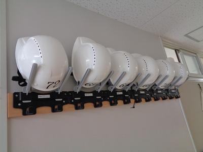 廊下上部に配備されているヘルメット