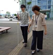 弱視レンズを使った白杖歩行体験