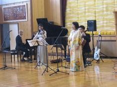 長谷川ファミリーの歌と演奏の様子