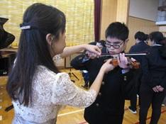 バイオリンの演奏体験中