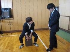 カホンを演奏する生徒